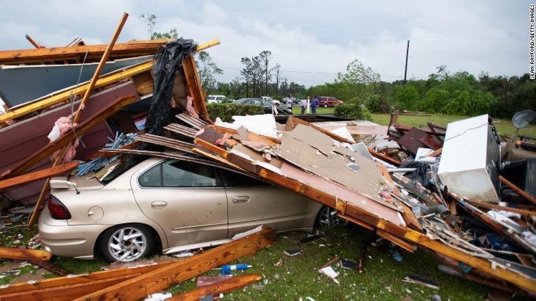 Торнадо в США повалені будинки і машини